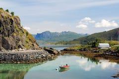 Krajobraz zachodnie wybrzeże wyspa Senja Norwegia z górami, odbijająca woda, motorowa łódź, chmurnieje Zdjęcie Stock
