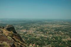 Krajobraz zakrywający drzewami i skałami blisko Monsanto obraz royalty free