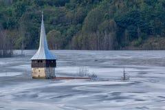 Krajobraz zalewający kościół w substanci toksycznej zanieczyszczał jezioro należnego miedziany kopalnictwo obrazy royalty free