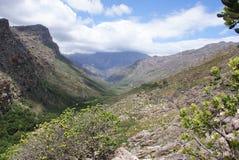 Krajobrazowa dolina i góry z chmurami Obraz Royalty Free