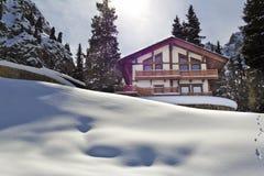 Krajobrazowa domowa kabinowa halna zima Zdjęcie Stock