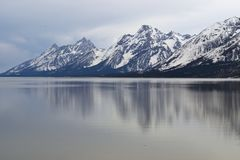 Krajobrazowa fotografia śnieg zakrywał górę z jeziorem w przedpolu obrazy stock
