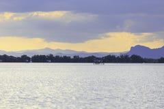 Krajobrazowa fotografia wioska rybacka z górą w zmierzchu Zdjęcia Royalty Free