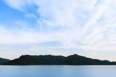 Krajobrazowa góra i jezioro Khun Dan Prakarn Chon tama w Nakh Zdjęcia Stock