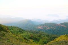 Krajobrazowa góra i las w naturze z chmurą, ludźmi chodzi w zielonym lesie i dużą górą, która czuć dobry Fotografia Royalty Free