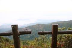 Krajobrazowa góra i las w naturze z chmurą, ludźmi chodzi w zielonym lesie i dużą górą, która czuć dobry Obrazy Royalty Free