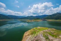 Krajobrazowa góra i rzeka Khun Dan Prakarn Chon tama w Nak Obraz Royalty Free