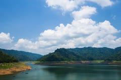 Krajobrazowa góra i rzeka Khun Dan Prakarn Chon tama w Nak Zdjęcie Stock