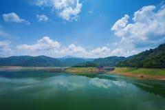 Krajobrazowa góra i rzeka Khun Dan Prakarn Chon tama w Nak Zdjęcia Royalty Free