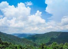 Krajobrazowa góra z chmurnym niebem Zdjęcia Stock