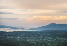 Krajobrazowa góra z mgłą w dolinie Obraz Royalty Free