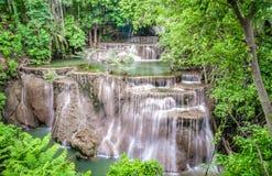 Krajobrazowa Huai Mae Kamin siklawy Srinakarin tama w Kanchanaburi zdjęcie stock
