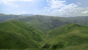 Krajobrazowa Kaukaz góra, wioska z chmurami na niebie i zbiory