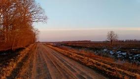 Krajobrazowa panorama przy zmierzchem, wieś w wczesnej wiośnie, zbiory