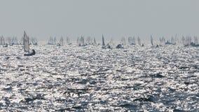 _ Krajobrazowa panorama z jachtu żaglowa statku żeglowaniem jeziorem lub morzem macha w wieczór zmierzchu słońca sunbeams Łowić b zdjęcia stock