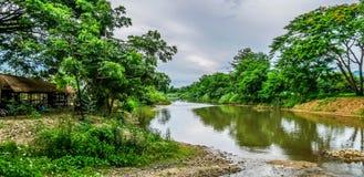 Krajobrazowa piękna sceneria świst rzeka w wsi Zdjęcie Royalty Free