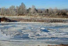 krajobrazowa rosyjska wioski zima Cienieje lód na rzece Wschodni Syberia Zimy bajka Obrazy Royalty Free