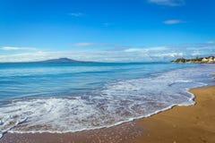Krajobrazowa sceneria Milford plaża Auckland Nowa Zelandia; Widok Rangitoto wyspa podczas słonecznego dnia Zdjęcia Stock