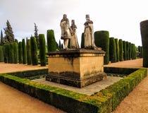 Krajobrazowa statuy królewiątka Ferdninand królowa Isabella i Christopher Kolumb cordoba w Alcazar Hiszpania fotografia stock