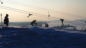 Krajobrazowa zima ślizga się ośrodek narciarskiego, narciarski dźwignięcie, iść w dół zjazdowi snowboarders i narciarki zbiory