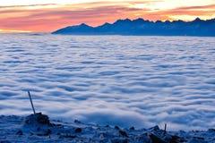 Krajobrazowa zimy wzgórza scena z mgłą. Zdjęcia Royalty Free
