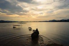 krajobrazowego pachnidła rzeczny Vietnam widok Jezioro z słonia odprowadzeniem przy zmierzchem w Wietnam obrazy royalty free