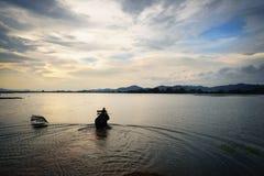 krajobrazowego pachnidła rzeczny Vietnam widok Jezioro z słonia odprowadzeniem przy zmierzchem w Wietnam fotografia royalty free
