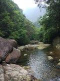 Krajobrazowego woda bieżąca kamienia Halna turystyka naturalna zdjęcia royalty free