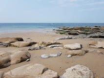 Krajobrazowej morze skały piaska błękitna plaża Fotografia Stock