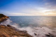 Krajobrazowy denny widok przy zmierzchu timing odbiciem na wodzie fotografia royalty free