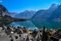 Krajobrazowy europejski miasteczko i jezioro zdjęcia stock