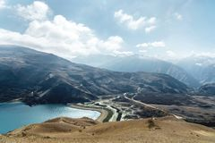 Krajobrazowy halny jezioro Naturalny wysoki rezerwuar z epopeją kołysa w tle caucasus panorama krajobrazowa halna północna Rosja  Zdjęcie Royalty Free