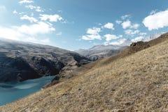 Krajobrazowy halny jezioro Naturalny wysoki rezerwuar z epopeją kołysa w tle caucasus panorama krajobrazowa halna północna Rosja  Obrazy Stock