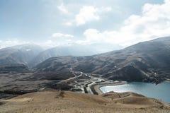 Krajobrazowy halny jezioro Naturalny wysoki rezerwuar z epopeją kołysa w tle caucasus panorama krajobrazowa halna północna Rosja  Obrazy Royalty Free