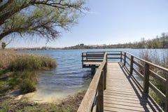 Krajobrazowy jezioro z drewnianym punktem obserwacyjnym w Banyoles, Catalonia, Hiszpania Obrazy Royalty Free