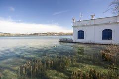 Krajobrazowy jezioro z starym i typowym połowem mieści zwanego pesquer Zdjęcia Stock