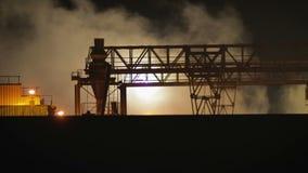 Krajobrazowy noc dymu drymby przemysł, fabryka krajobraz Pojęcia zanieczyszczenie, dym, ekologia zbiory wideo