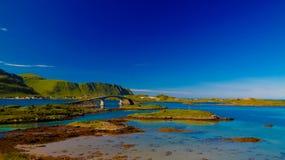 Krajobrazowy panoramiczny widok Fredvang most, Torvoya, buoya Hovdanvika i wyspy, i trzymać na dystans, Lofoten, Norwegia zdjęcie royalty free