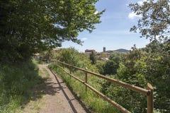 Krajobrazowy powulkaniczny teren los angeles Garrotxa przy tło wioską, Zdjęcia Royalty Free