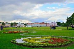 Krajobrazowy projekt w Aleksander ogródzie w lecie na chmurnym d Zdjęcia Royalty Free