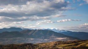 Krajobrazowy Timelapse chmury nad górami w spadku zbiory