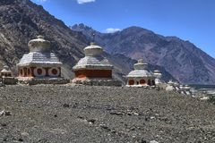 Krajobrazowy widok buddyjscy stupas blisko Diskit świątyni w Nubra dolinie, Ladakh, India zdjęcia stock