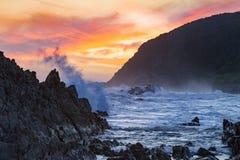 Krajobrazowy widok dziki i piękny zmierzch przy burzy Rzecznym usta, Tsitsikamma, Południowa Afryka Obraz Stock