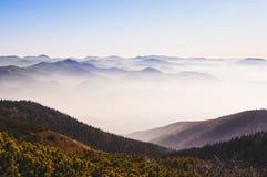 Krajobrazowy widok jesieni mgliste góry, Sistani zdjęcie royalty free