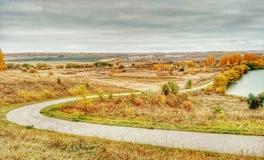 Krajobrazowy widok na roweru drogowy iść w dół jezioro obraz royalty free
