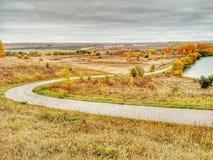 Krajobrazowy widok na roweru drogowy iść w dół jezioro obrazy royalty free