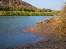 Krajobrazowy widok nad piękną Kunene rzeką afryka poludniowa która oddziela Namibia i Angola, Obrazy Stock