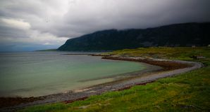 Krajobrazowy widok Porsangerfjorden blisko Indre Billefjord wioski, Finnmark, Norwegia zdjęcia stock