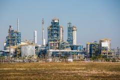 Krajobrazowy widok rafinerii wierza olej i rafinerii roślina Fotografia Stock
