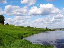 Krajobrazowy widok rzeka z zieleni niebieskim niebem i wybrzeżem Obraz Royalty Free